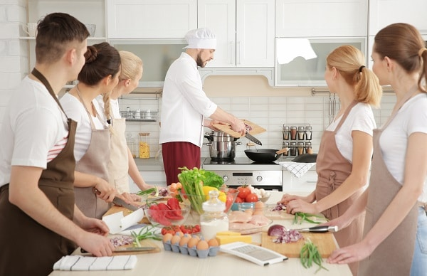 personal chef teaching cooking class